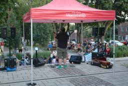 Pépé et sa guitare au parc Médéric-Martin