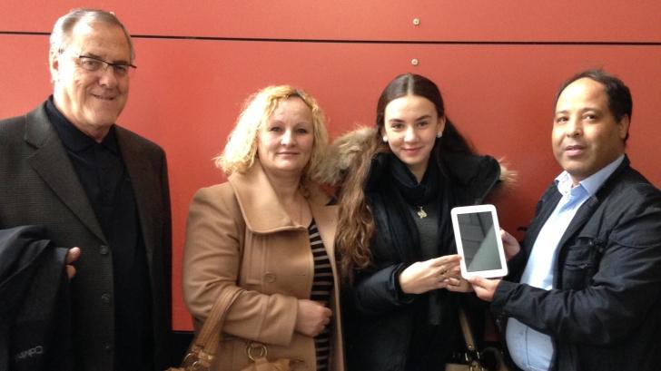 Laurent McCutcheon, président de l'association, la mère de la gagnante et la gagnante Majlinda Aziri, et Mohammed Karroumy.