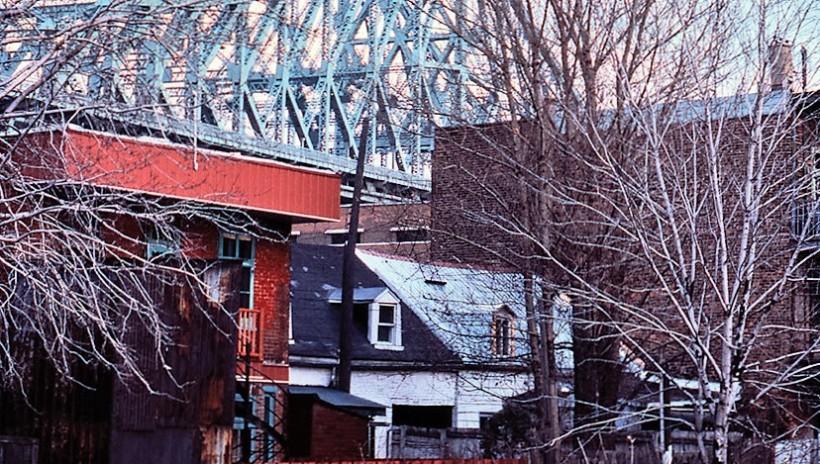 Maisons à l'ombre du pont Jacques-Cartier, rue Dorion, 1976. | Photo : Daniel Heïkalo